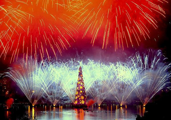 Worlds-Largest-floating-Christmas-Tree-brazel