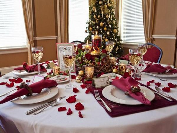 Elegant christmas table decorations for 2016 easyday - Decoration table de noel rouge et or ...