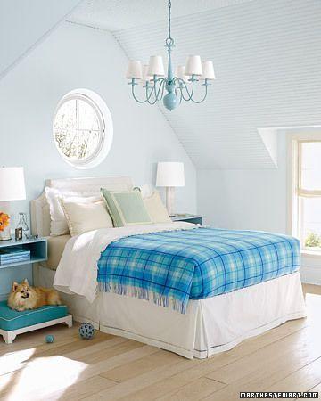 light blue bedroom decorating idea