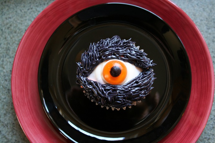 Eyeball cupcakes - barefootkitchenwitch.com