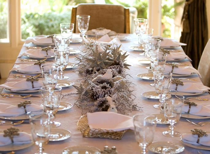 How to decorate a table for christmas easyday for Dinner table decoration ideas