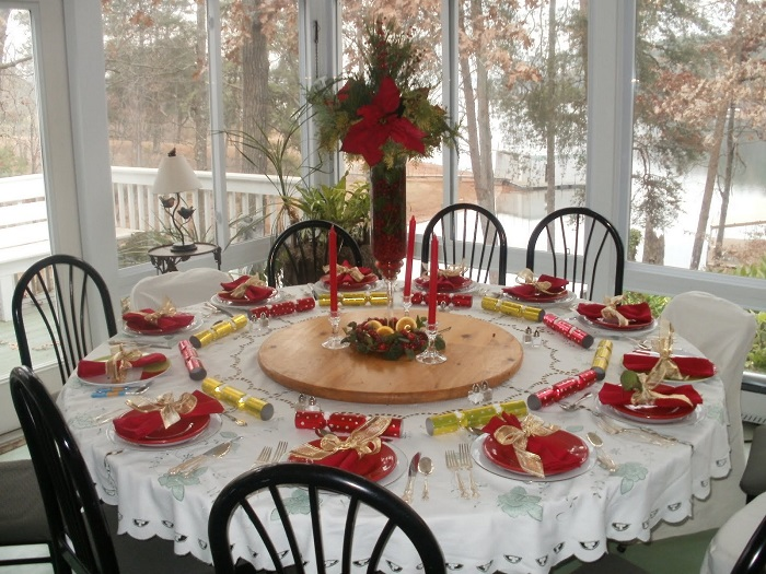 christmas-table-with-clear-glass-flowers-vase-as-centerpiece