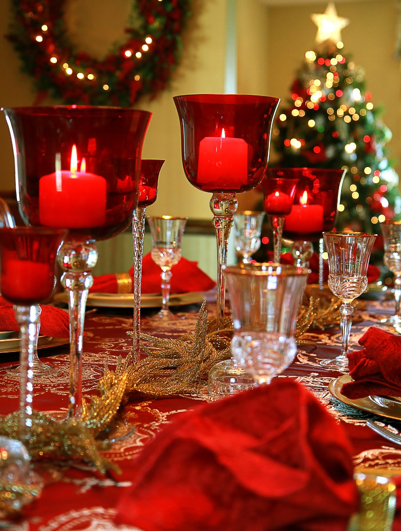 red-christmas-table