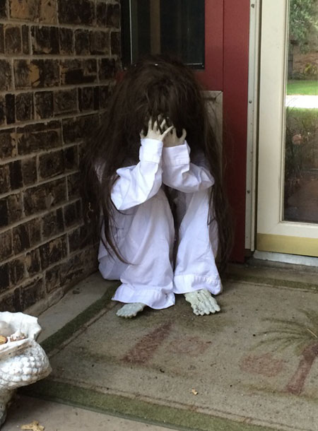 Creepy diy halloween decorations for a spooky halloween easyday creepy halloween front door dcor solutioingenieria Gallery