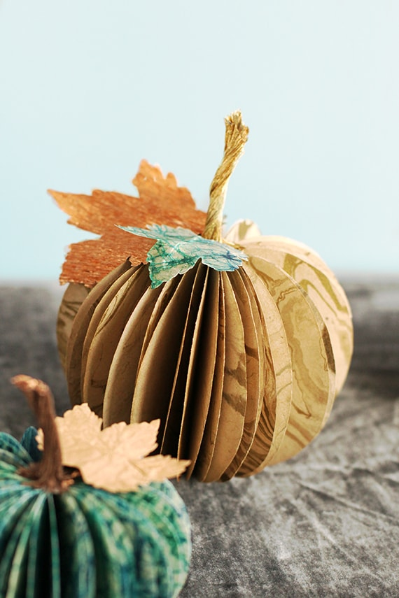 Easy thanksgiving crafts and projects easyday for Simple pumpkin centerpieces