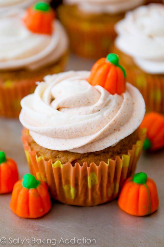Pumpkin-Cupcakes-with-Cinnamon-Swirl-Frosting-2